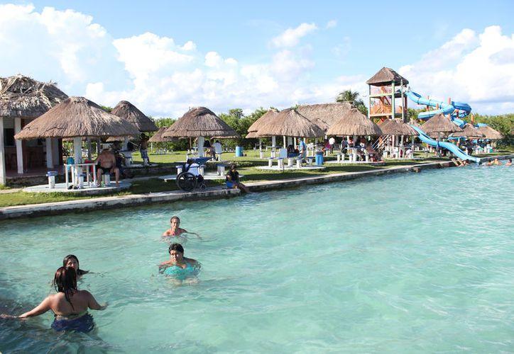 La Secretaría de Turismo afirma que los visitantes tienen opciones alternativas a las playas, como balnearios, zonas arqueológicas y parques temáticos. (Enrique Mena/SIPSE)