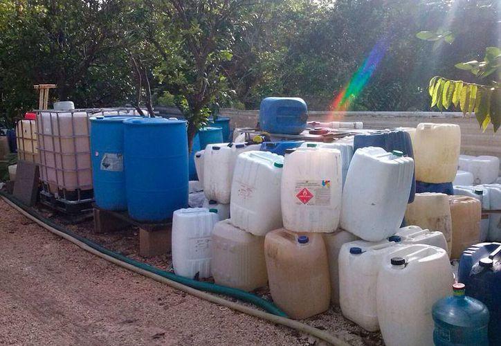 La policía de Umán decomisó miles de litros de cloro, en una bodega clandestina de la comisaría Tebec. (SIPSE)