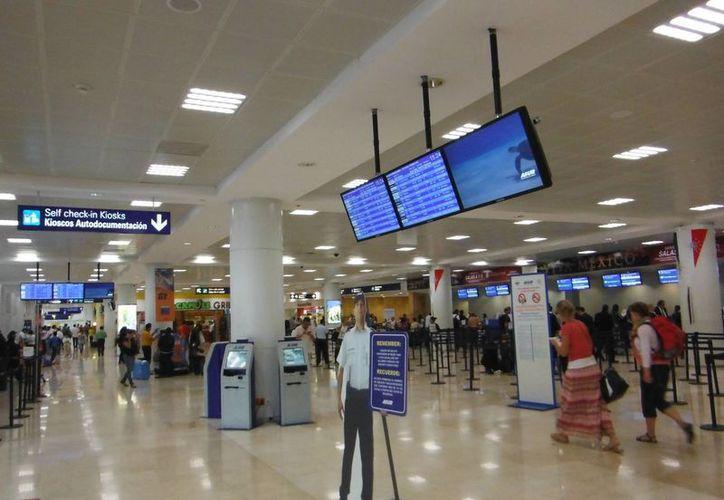En el aeropuerto se extreman recomendaciones a los viajeros. (Tomás Álvarez/SIPSE)