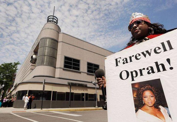 ¡Adiós, Oprah! reza el cártel que sostiene una 'fan' del show. El programa ya no se grabará más en Harpo Studios. (AP)