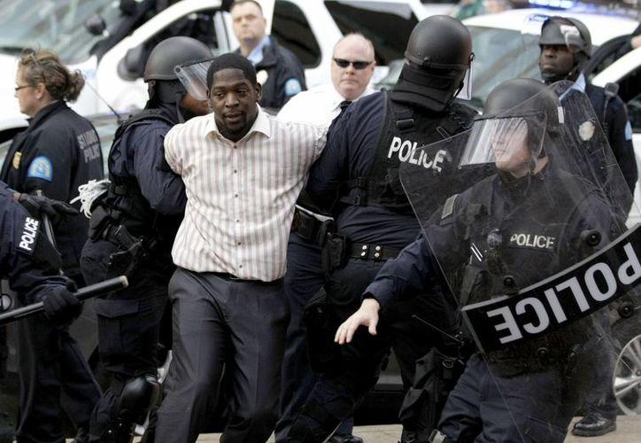 Este domingo continuaron las protestas de la comunidad negra en Ferguson, Missouri. (AP)