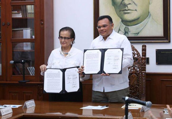 Este lunes el gobernador Rolando Zapata firmó un acuerdo con la titular del Instituto Nacional de Desarrollo Social, María Luna y Parra, y ambos atestiguaron la firma de un acuerdo entre el Ipiemh y el Poder Judicial del Estado. (Foto cortesía del Gobierno)