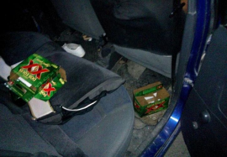 En el interior del vehículo se encontraron restos de bebidas alcohólicas. (Javier Ortiz/SIPSE)