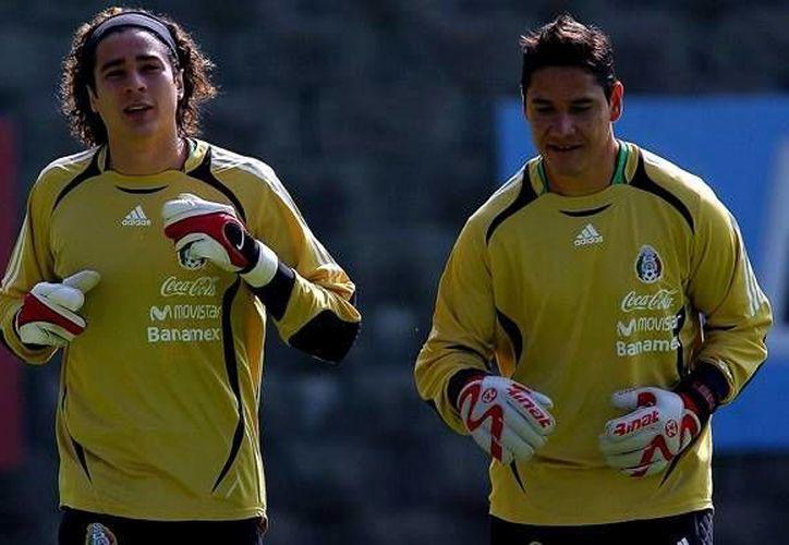 Guillermo Ochoa y Moisés Muñoz son dos de los cuatro porteros históricos del América que serán distinguidos en la jornada 1 del Futbol Mexicano. (mediotiempo.com)