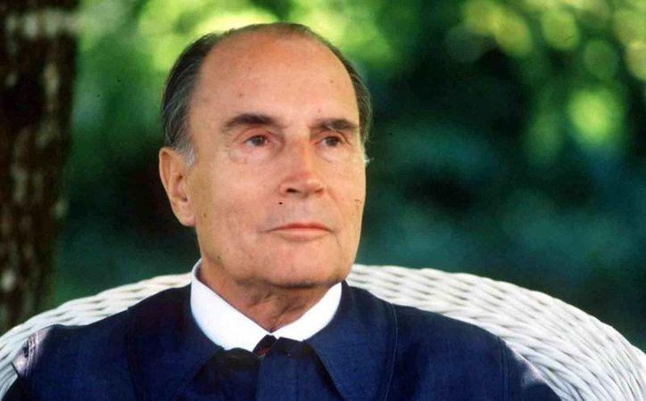 Francois Miterrand, presidente de Francia de 1982 a 1995, nunca se separó de su esposa para vivir su amor con Anne Pingeot. Murió enfermo de cáncer en 1996. (sudouest.fr)