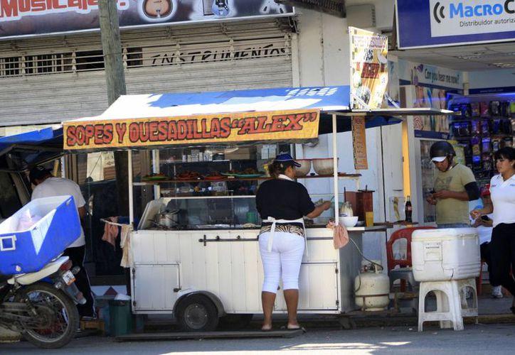 Se ha detectado que de cada 10 vendedores ambulantes, entre tres y cuatro no cumplen con las medidas de higiene. (Harold Alcocer/SIPSE)