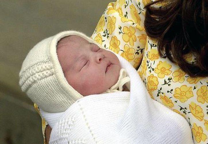 La recién nacida princesa ocupa el cuarto sitio en la línea de sucesión del trono británico, detrás de su hermano Jorge. (AP)