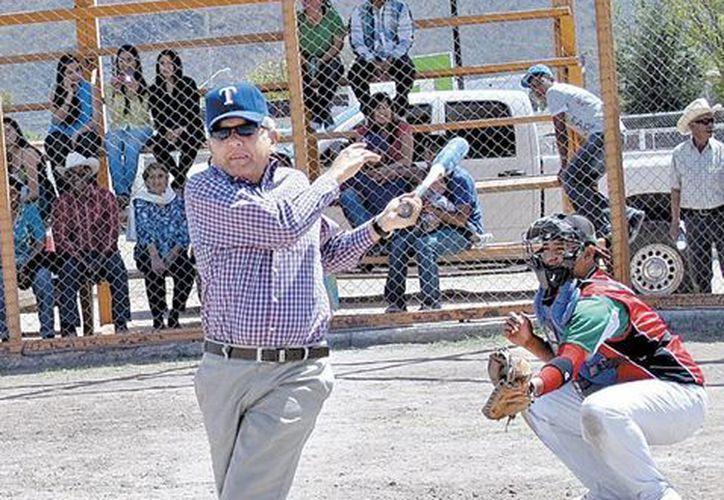 Andrés Manuel López Obrador anunció que 'celebrará' la Expropiación Petrolera con una concentración masiva, en Tabasco. En la imagen, el excandidato presidencial juega beisbol, en Rosario de Tesopaco, Sonora. (Milenio Diario)