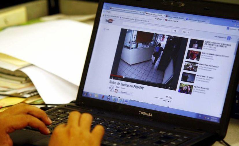 En el video se observa a un joven llevando una mochila con la laptop. (Christian Ayala/SIPSE)