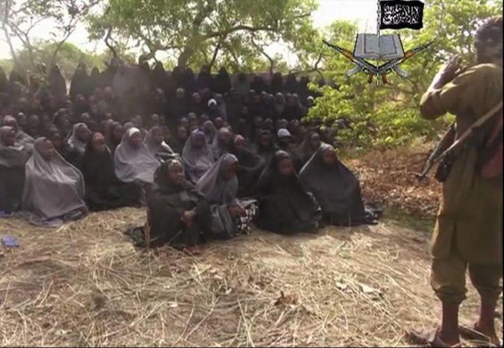 El grupo fundamentalista Boko Haram difundió un video en donde se ve a las niñas secuestradas, quienes fueron convertidas del cristianismo al Islam. (Agencias)