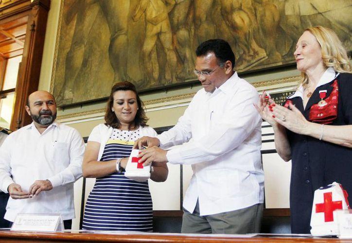 El gobernador de Yucatán, Rolando Zapata Bello, colabora con la campaña de la Cruz Roja, en el Palacio de Gobierno. (SIPSE)