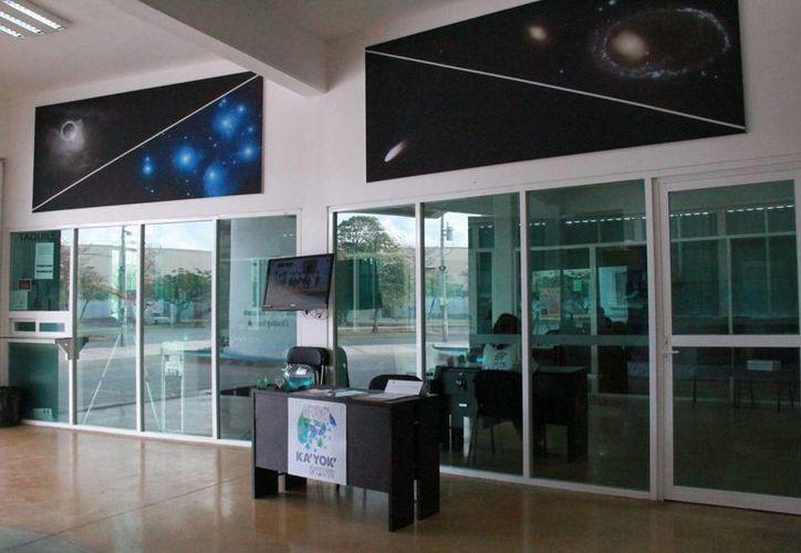 El IMPI abrió un módulo de información para el registro de marca en El Planetario de Cancún. (Israel Leal/SIPSE)