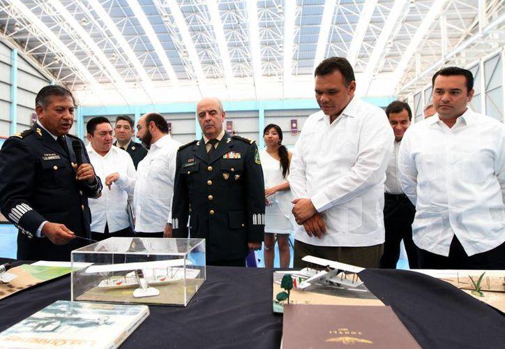 Zapata Bello inauguró y recorrió ayer la exposición fotográfica 'Breve historia gráfica de la Fuerza Aérea Mexicana', en la Base Aérea Militar No.8. (Cortesía)