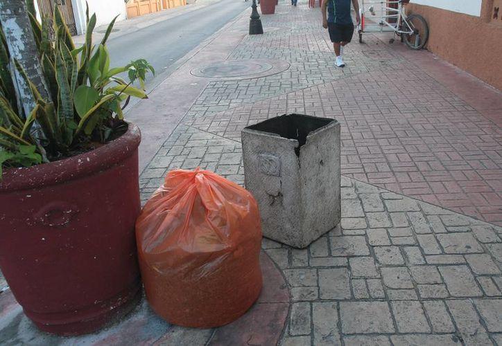 Los botes de basura que existen en las zonas turísticas se encuentran en mal estado. (Julián Miranda/SIPSE)