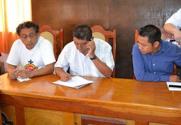 Representantes de la empresa Telmex se reúnen con el primer edil y otras autoridades municipales. (Redacción/SIPSE)