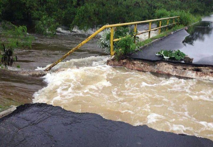 Las carreteras de gran parte del sur del Estado se vieron afectadas por intensas lluvias y, sobre todo, por los escurrimientos. (Harold Alcocer/SIPSE)