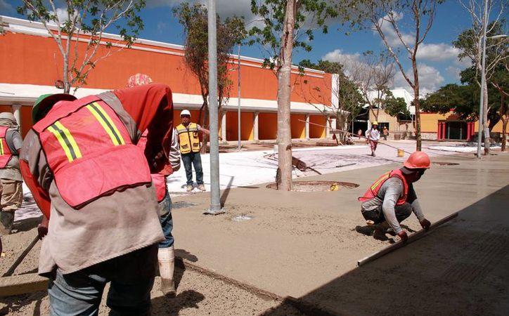 Trabajadores aceleran los trabajos para dejar listas las instalaciones de la Feria Yucatán Xmatkuil, que se inaugura el próximo 4 de noviembre. (Jorge Acosta/SIPSE)