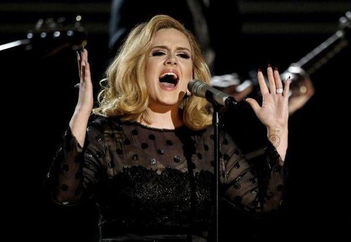 Adele durante su participación en los Premios Grammy del 2012. La británica volverá a participar en la ceremonia de estos reconocidos premios a pesar de que su nuevo álbum '25' no participó para las categorías de este año. (AP)