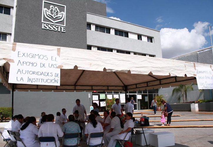 Empleados del Issste mantuvieron este jueves el paro que iniciaron el miércoles. (Jorge Acosta/SIPSE)