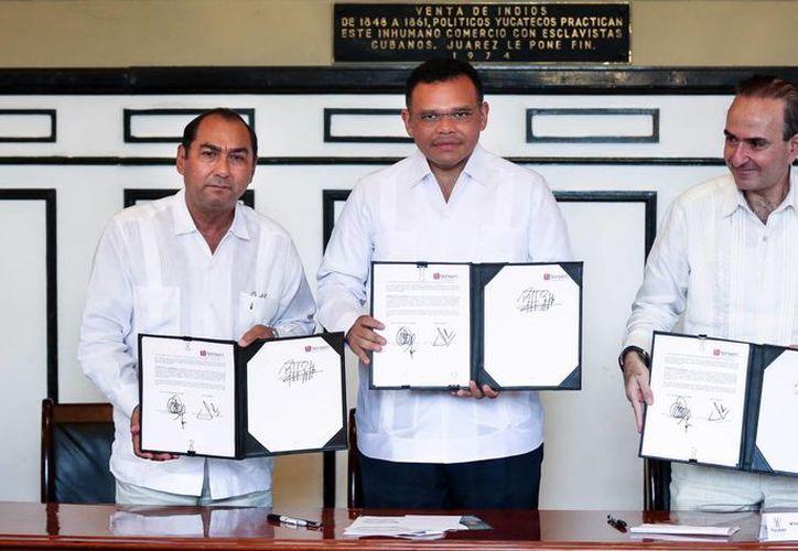 Las autoridades muestran la firma del convenio de colaboración. (Milenio Novedades)
