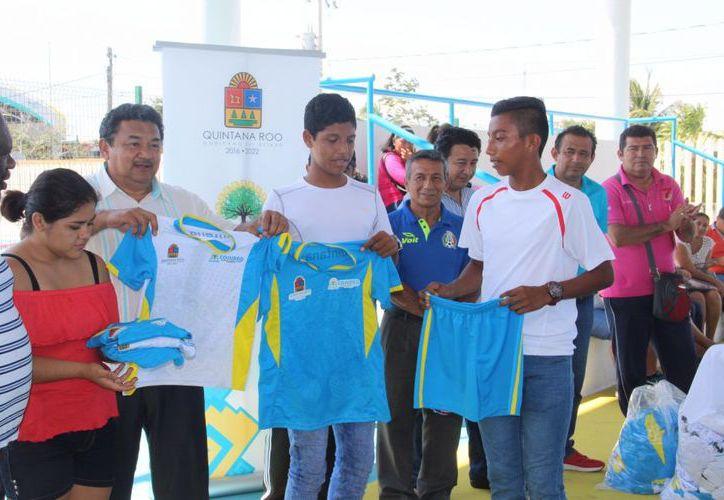 A los jóvenes atletas que estarán representando a Quintana Roo se les entregó sus uniformes. (Redacción/SIPSE).