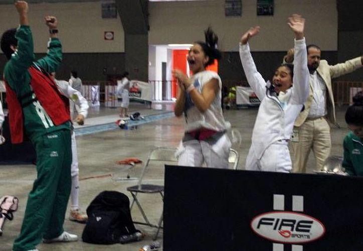 Celebración de esgrimistas yucatecos al obtener una medalla de oro. (Milenio Novedades)