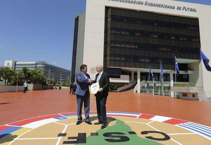 Alejandro Burzaco, arrestado en EU, movió 370 millones de dólares para obtener los derechos de la Copa. En la foto, Gianni Infantino(d) junto al actual Presidente de la Conmebol.(AP)
