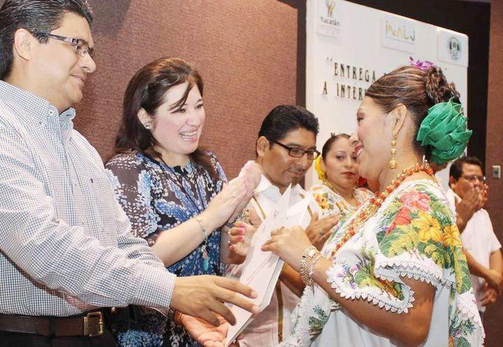 Intérpretes mayas recibieron su certificación de manos de la Fiscal del Estado. (Milenio Novedades)