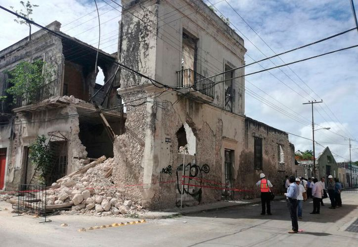 Las autoridades analizan la demolición de una casona del Centro Histórico; partes del techo cedieron ante la intensa lluvia del sábado. (Patricia Itzá/SIPSE)