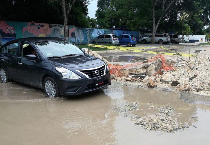 Al menos tres vehículos han quedado atascados por las intensas lluvias. (Foto: Javier Ortiz)
