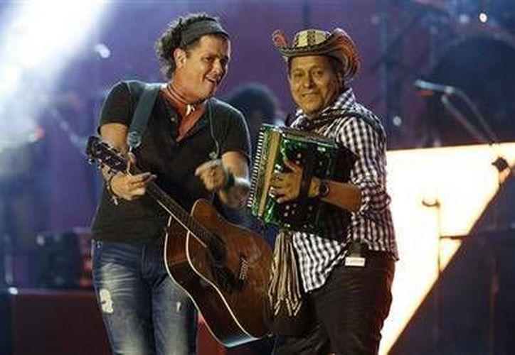 La Unesco declaró como patrimonio inmaterial de la humanidad al vallenato colombiano. En la imagen, el cantante colombiano Carlos Vives, acompañado por el acordeonista Egidio Cuadrado.- (AP)