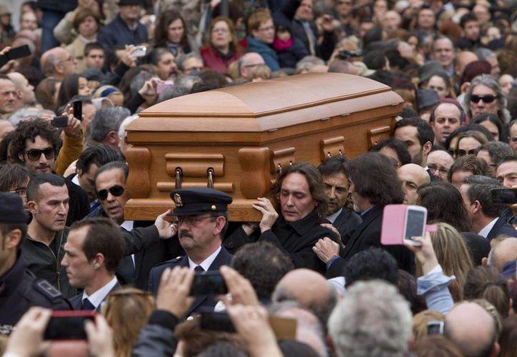 El féretro con los restos mortales de Paco de Lucía es llevado a hombros por familiares y amigos desde el Salón de Plenos del Ayuntamiento de Algeciras. (EFE)