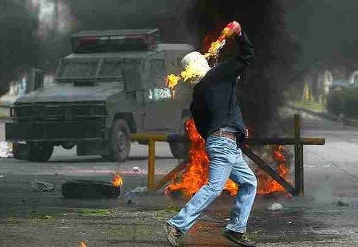 Tras los ataques contra una oficina de gobierno y una agencia automotriz no hubo heridos, pero sí hay tres detenidos. (emol.com/Foto de contexto)