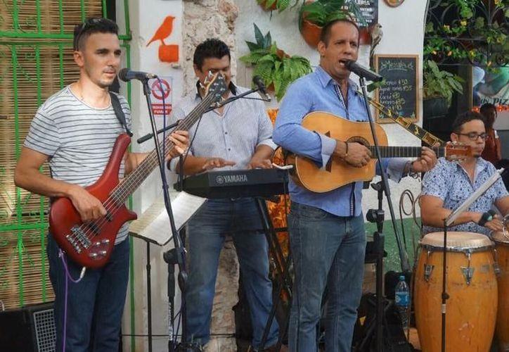 El músico Emiliano Buenfil pide que las cantinas sean reguladas. (Milenio Novedades)
