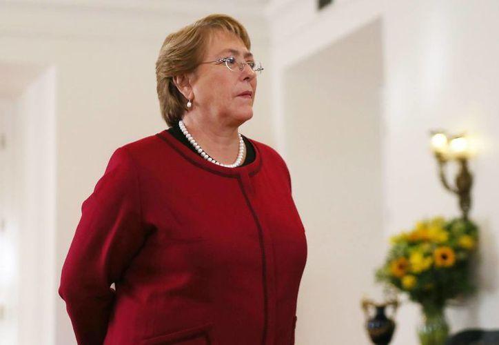 La popularidad de la presidenta Michelle Bachelet se desplomó con los casos de corrupción que salpicaron incluso a su hijo. (EFE/Archivo)