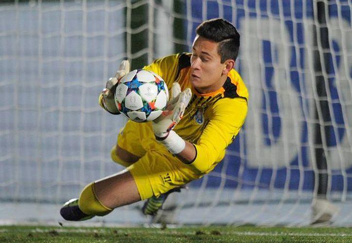 El jugador mexicano continuará en Europa, luego de cumplir un año en calidad de préstamo. En la foto: Raúl Gudiño ataja un penal en la Champions league juvenil con el Porto B. (AP)