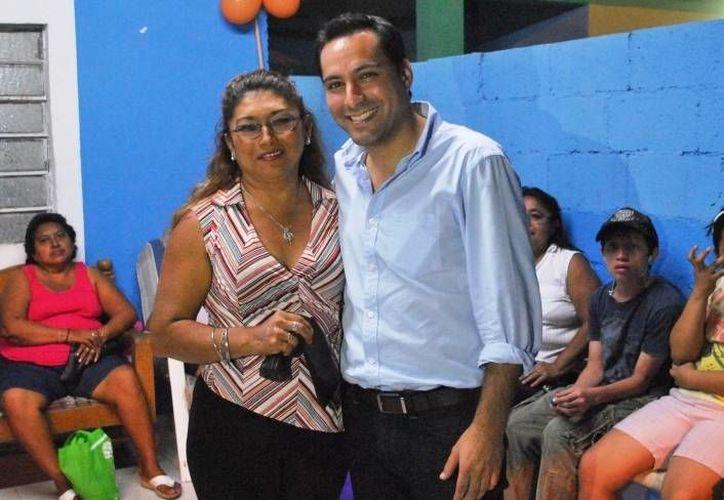 El diputado Mauricio Vila lleva a colonias y comisarías de Mérida su programa de entrega de lentes. (Cortesía)