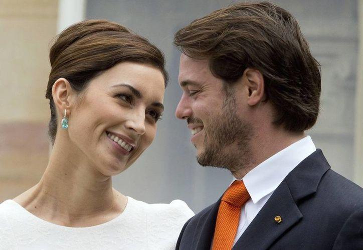Fotografía de archivo que muestra al príncipe Félix de Luxemburgo (der) que sonríe junto a su esposa, la princesa Claire, en el día de su enlace civil en Koenigstein am Taunus, Alemania. (EFE)
