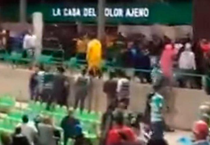 Imagen tomada de un video que circuló en redes sociales, momentos después de que se suscitó una bronca en el estadio de Santos Laguna. (excelsior.com.mx)