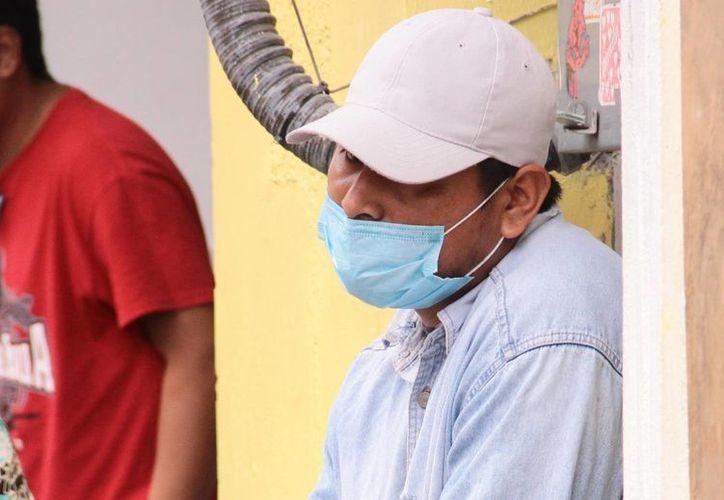 La SSA hizo ayer un llamado a la población para protegerse de las infecciones respiratorias. Imagen de un hombre con un cubrebocas para evitar algún contagio. (Milenio Novedades)