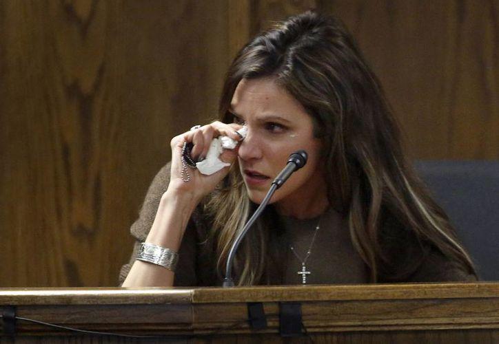 Taya Kyle, esposa de Chris Kyle asesinado en 2013, se seca los ojos durante su declaración en el juicio en Stephenville. (Agencias)