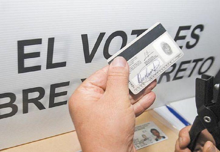 Aunque los funcionarios de casilla pueden hacer actas de lo que sucede dentro de las casillas son ciudadanos y no pueden recibir denuncias ante irregularidades en las elecciones. (López Dóriga Digital)