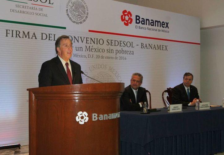 Meade Kuribreña acudió a la firma del convenio México sin Pobreza entre la Secretaría que encabeza y Banamex. (Notimex)