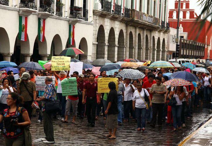 En los últimos días maestros de Yucatán han hecho manifestaciones contra la Reforma Educativa. En la imagen, la marcha del miércoles en Mérida. (Notimex)