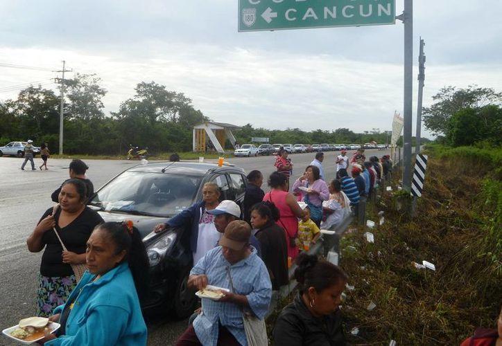Continúa el bloqueo de la carretera con frontera en Popolnah, Yucatán. (Raúl Balam/SIPSE)