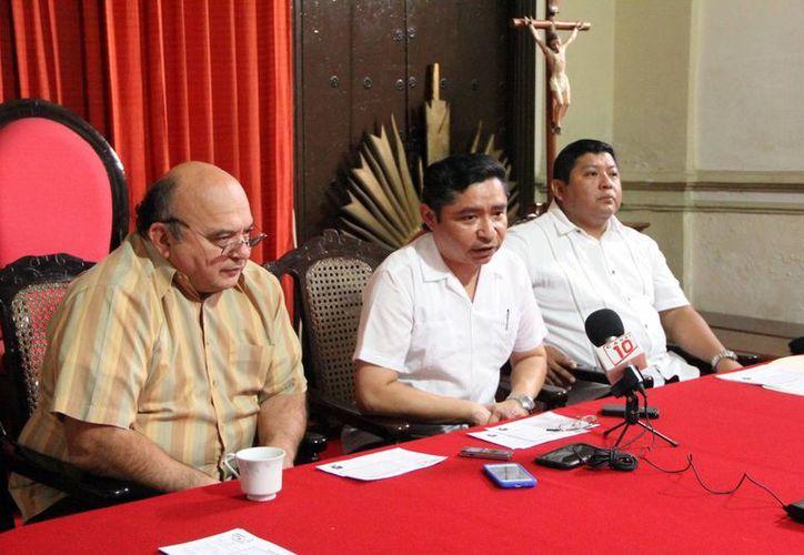 Imagen de los sacerdotes Pedro Mena, Gaspar Arceo y Juan Pablo Moo durante la conferencia de prensa. (Milenio Novedades)