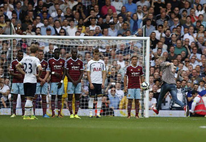 Un fanático se anticipó a Christian Eriksen para cobrar el tiro libre ante el West Ham. (Foto: AP)