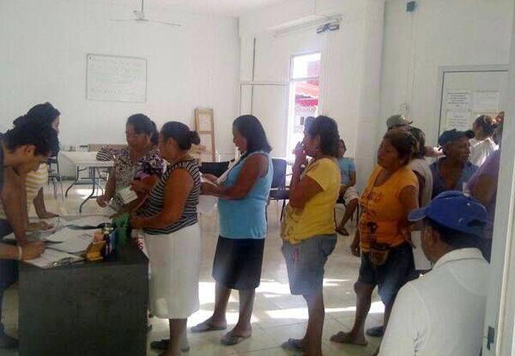 Un grupo de mujeres se inscriben para realizarse estudios preventivos. (Milenio Novedades)