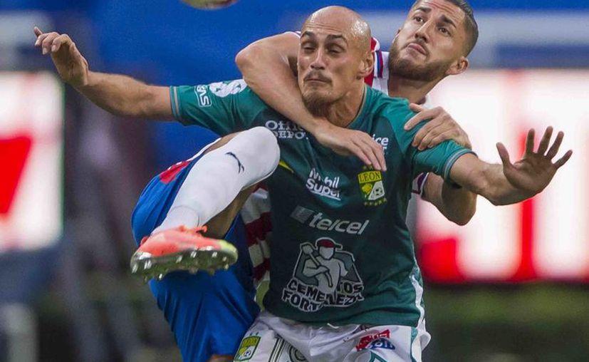 Hiram Mier, de Chivas, ejerce pegajosa marca sobre el uruguayo Nicolás Sosa, del León. Ambos equipos tuvieron algunas aproximaciones de gol, pero el marcador no se movió. (Foto: Mexsport)