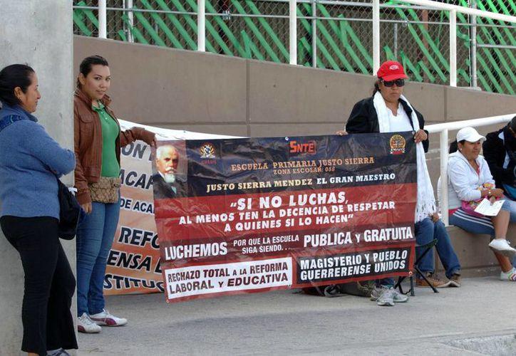 Maestros de la Coordinadora Estatal de Trabajadores de la Educación en Guerrero (CETEG), durante su protesta contra la reforma educativa. (Notimex)